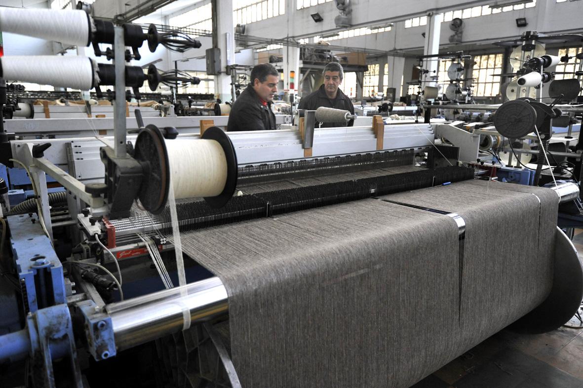 Lausarot y Silva frente a la maquinaria de la textil, que está en óptimas condiciones. Foto: FEDERICO GUTIÉRREZ