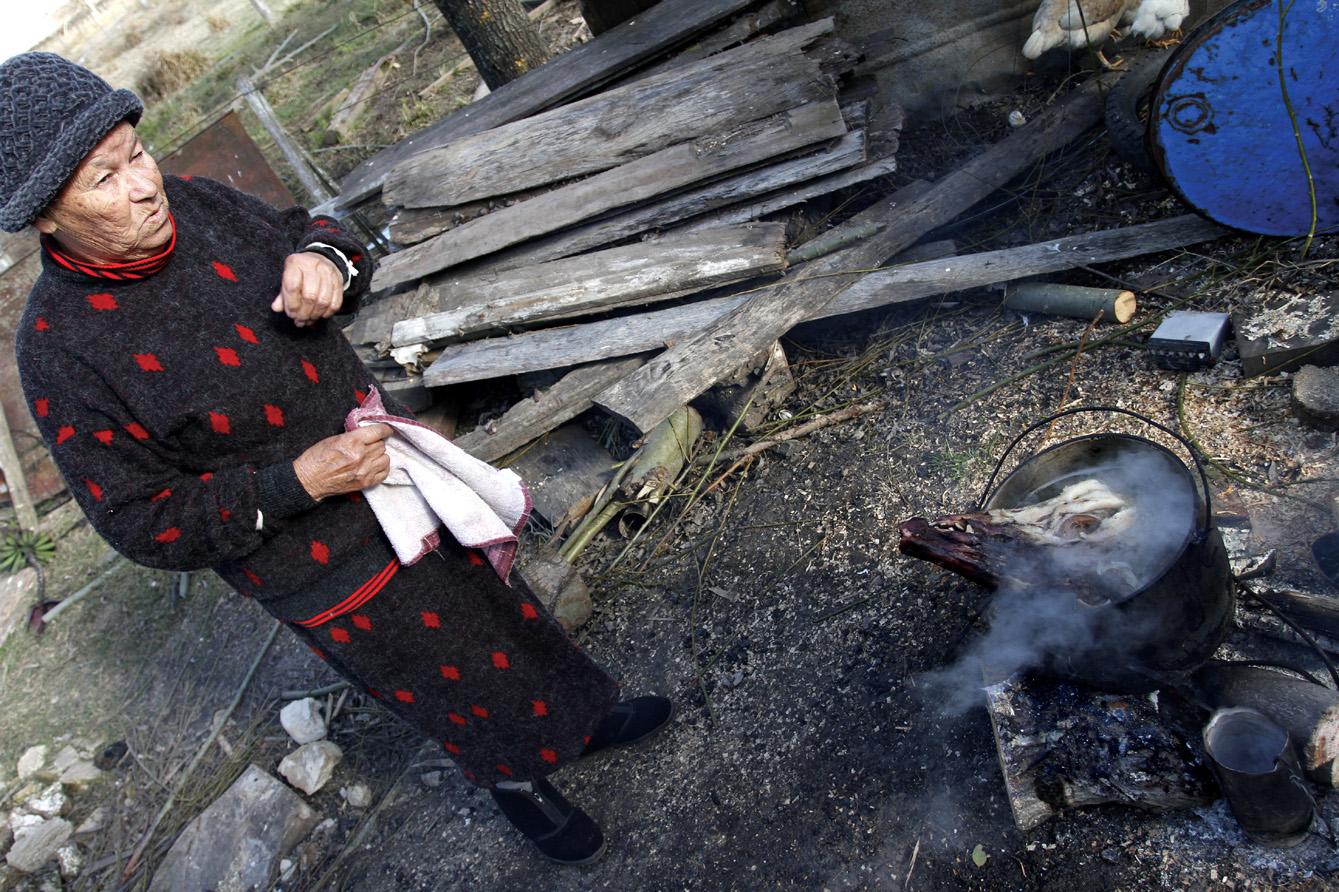La cabeza del chancho hierve sobre el fuego. Mañana habrá queso de cerdo en el boliche. Foto: AGUSTÍN FERNÁNDEZ
